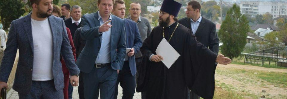Губернатор Севастополя Дмитрий Овсянников посетил место будущего Мемориального сквера во имя святого апостола Филиппа.